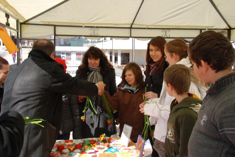 Vizualizati imaginile din articolul: Târgumureşencele au primit flori şi mărţişoare