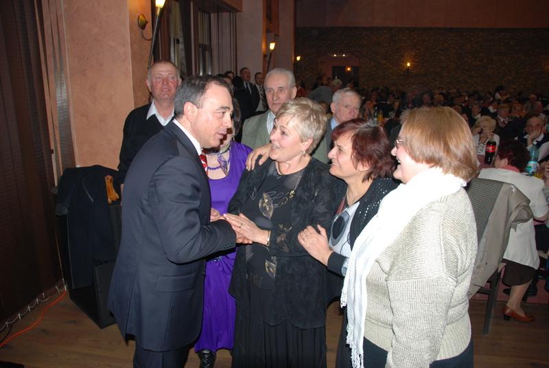Vizualizati imaginile din articolul: De Mărţişor... primarul Dorin Florea şi viceprimarul Claudiu Maior - în mijlocul pensionarilor târgumureşeni