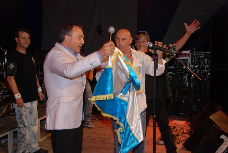 """Vizualizati imaginile din articolul: Primarul le-a oferit rockerilor de la """"Edda"""" steagul oraşului"""