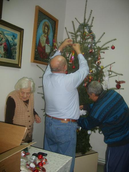 Vizualizati imaginile din articolul: Moş Crăciun, la Căminul pentru Persoane Vârstnice