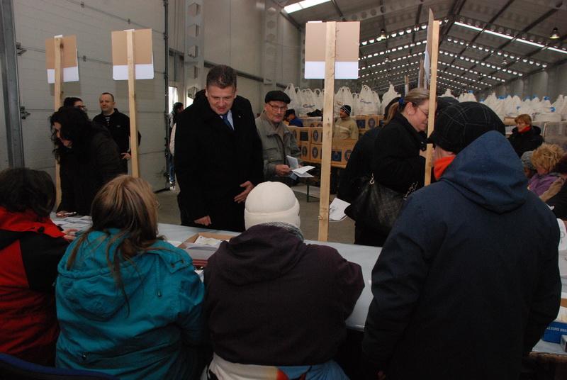 Vizualizati imaginile din articolul: Claudiu Maior – látogatóban az élelmiszer-kiosztási központban
