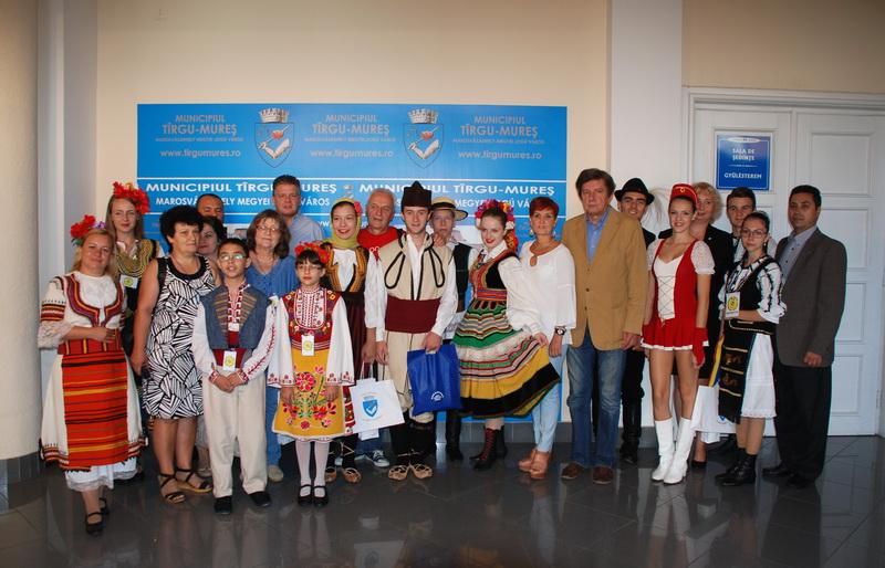 Vizualizati imaginile din articolul: Nemzetközi folklóregyüttesek látogatóban a Marosvásárhelyi Polgármesteri Hivatalnál
