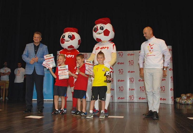 Vizualizati imaginile din articolul: Az E.ON Kinder Kupák 2015 elérkeztek a legjobb labdarúgókig!
