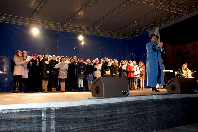Vizualizati imaginile din articolul: A Petru Maior Egyetem Gaudeamus kórusa kivételes koncertet adott karácsonyi dalokból