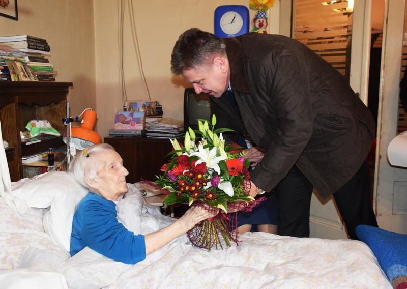 Vizualizati imaginile din articolul: La împlinirea vârstei de 100 de ani, Viceprimarul Claudiu Maior a felicitat-o pe doamna Ileana!