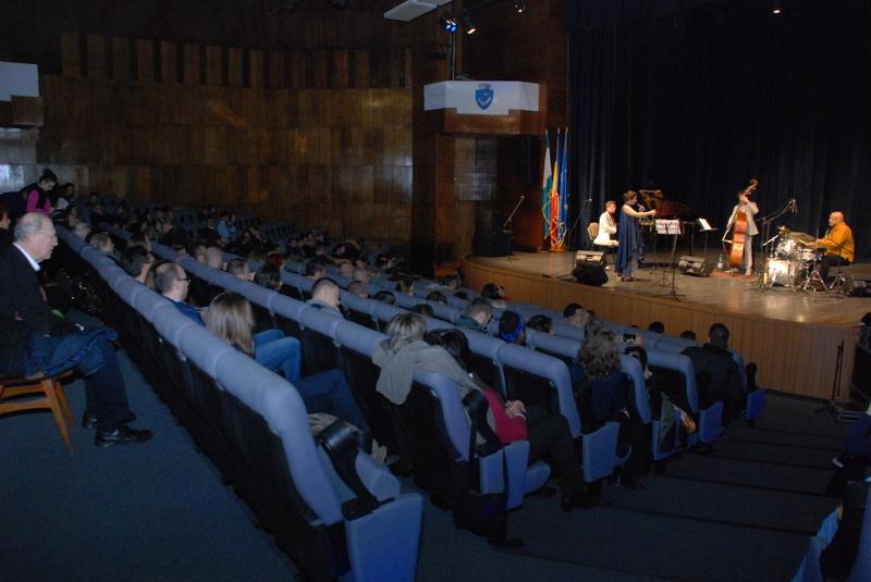 """Vizualizati imaginile din articolul: Vali """" Sir Blues"""" Răcilă în Concertele Oraşului, la Centrul Cultural Mihai Eminescu"""