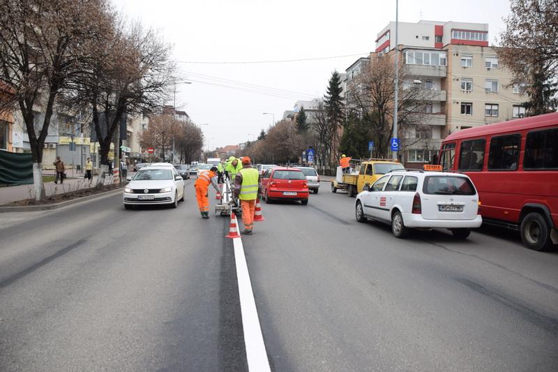Vizualizati imaginile din articolul: Az útjelzések újrafestése során Marosvásárhely utcái új képet kapnak....