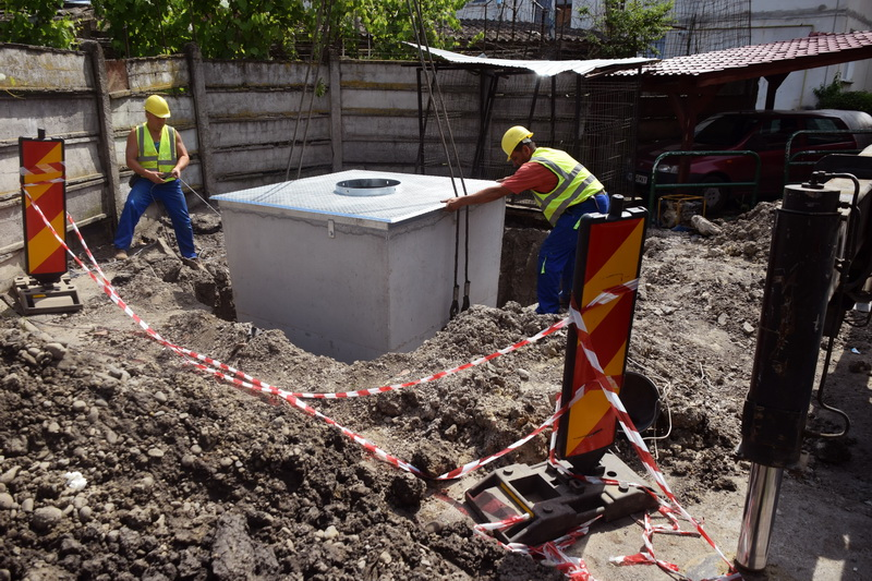 Vizualizati imaginile din articolul: Pe strada Iosif Hodoş din cartierul Unirii au fost amplasate 2 ghene de gunoi subterane