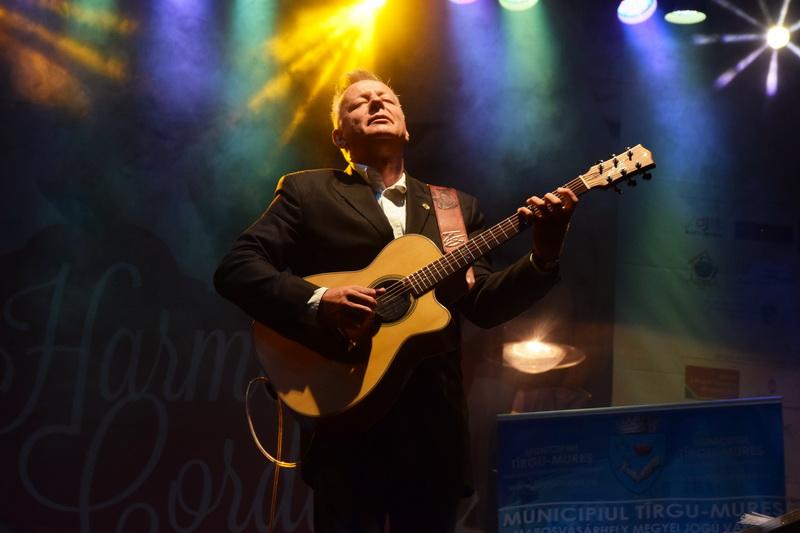 """Vizualizati imaginile din articolul: Tommy Emmanuel, renumitul chitarist australian a primit insigna şi distincţia """" Tîrgu Mureş, 400 de ani, oraş liber regesc'"""