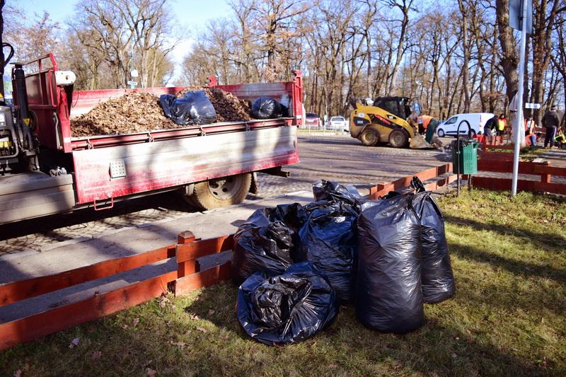 Vizualizati imaginile din articolul: Primăria municipiului Tîrgu Mureş organizează în perioada 07.11-12.12.2016 'Curăţenia generală de toamnă', care constă în transportul grămezilor de deşeuri depozitate.