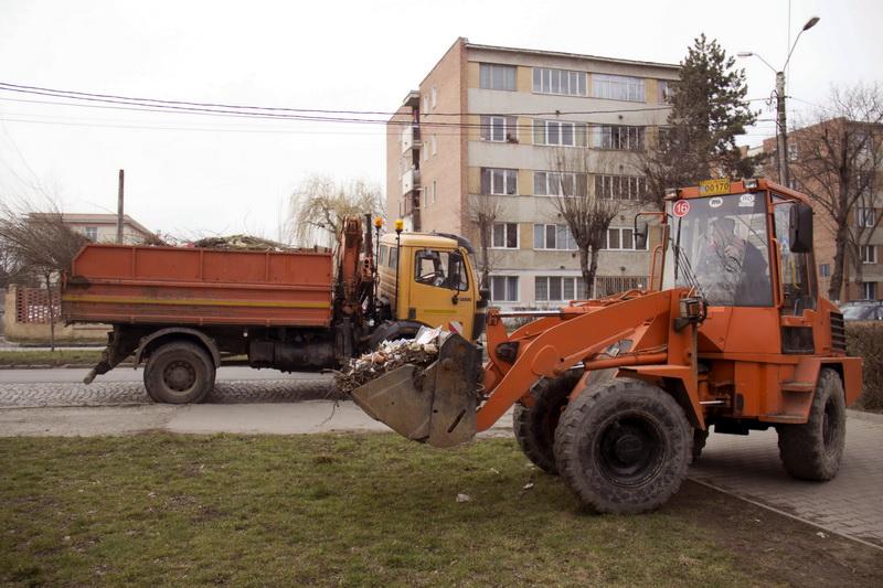 Vizualizati imaginile din articolul: Consilierul primarului, Claudiu Maior: Lucrătorii care efectuează activitatea de curăţenie în oraş, nu pot pătrunde pe proprietatea privată a cetăţeanului!