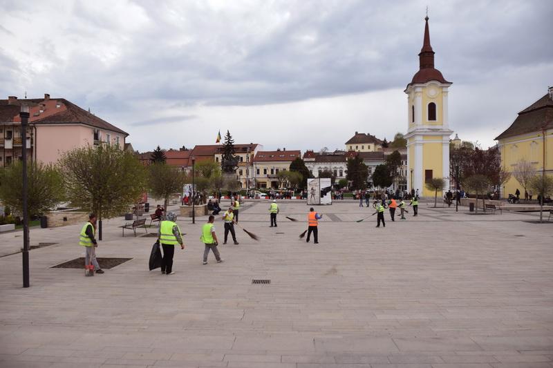 Vizualizati imaginile din articolul: Curățenie în Piața Teatrului!