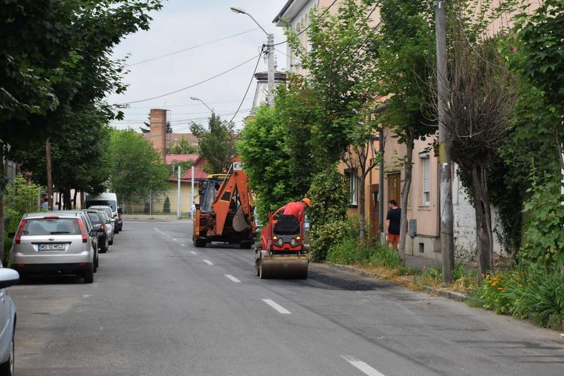 Vizualizati imaginile din articolul: A Marosvásárhelyi Polgármesteri Hivatal folytatja a város utcáinak katyúzását, repedésjavítását