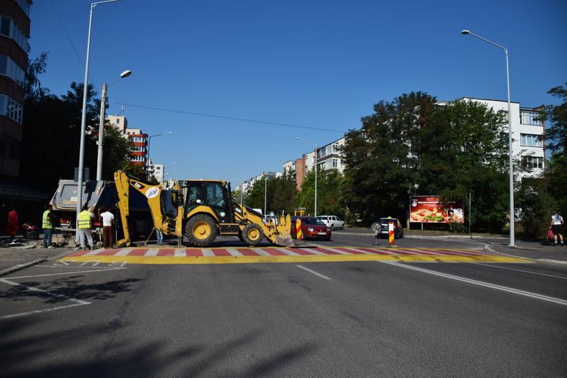 Vizualizati imaginile din articolul: Lucrări la reţeaua de iluminat public pe Bulevardul Pandurilor şi str. Evreilor Martiri