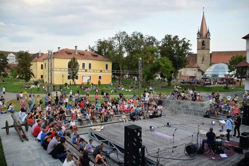 Vizualizati imaginile din articolul: Desculţ în Iarbă şi Jazz în Cetatea Medievală !