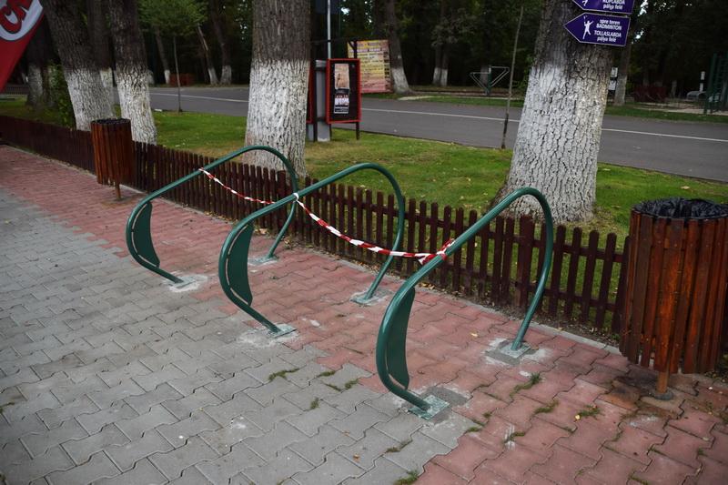 Vizualizati imaginile din articolul: În municipiul Tîrgu Mureş se montează rastele pentru parcarea bicicletelor
