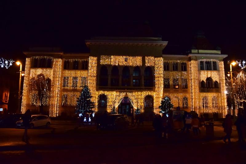 Vizualizati imaginile din articolul: Milioane de beculeţe aprinse în tot oraşul! Părinţi şi copii s-au bucurat deopotrivă de iluminatul festiv!