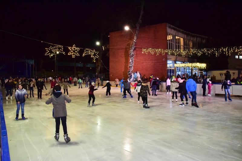 Vizualizati imaginile din articolul: Peste 10.000 de persoane s-au bucurat de patinoarul din Parcul Municipal, în mai puţin de o lună de la deschidere!