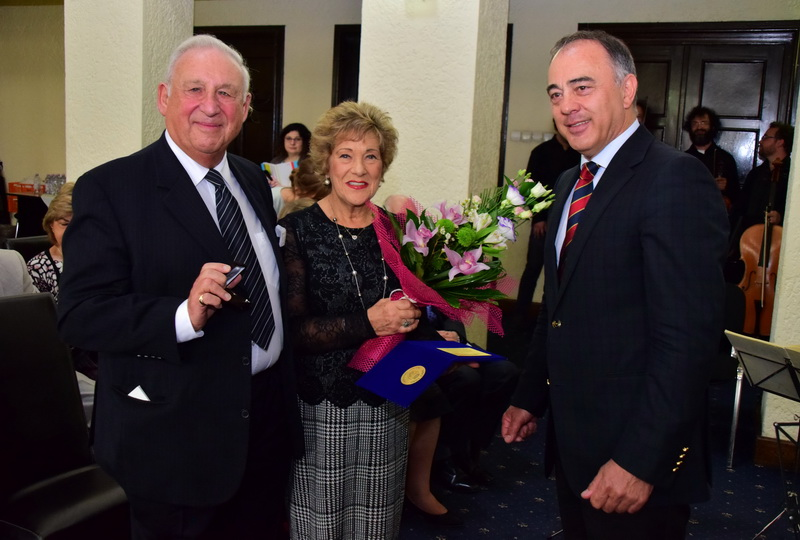 """Vizualizati imaginile din articolul: Primarul Dorin Florea a înmânat distincţia """"Amici Urbis' reprezentantului fundaţiei scoţiene 'Walt Foundation'"""