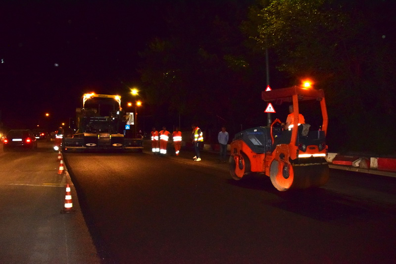 """Vizualizati imaginile din articolul: Lucrări de frezare şi asfaltare în intersecţia de la """"Cocoşul de Aur'"""