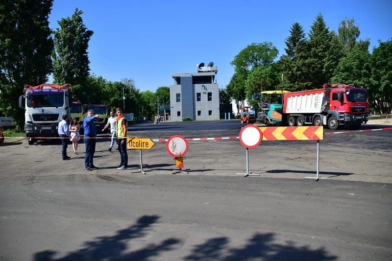 Vizualizati imaginile din articolul: Aszfaltozás a Sportcsarnok előtti téren