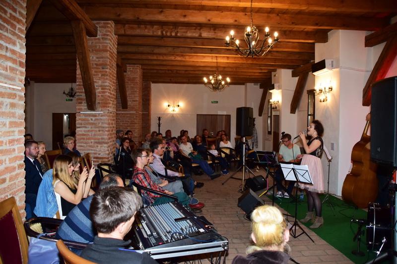 Vizualizati imaginile din articolul: Surprize muzicale! Seri de jazz...în Cetatea Tîrgu Mureş
