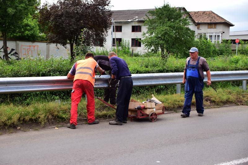Vizualizati imaginile din articolul: Parapeţi de protecţie noi de-a lungul turbinei de apă din cartierul Aleea Carpaţi