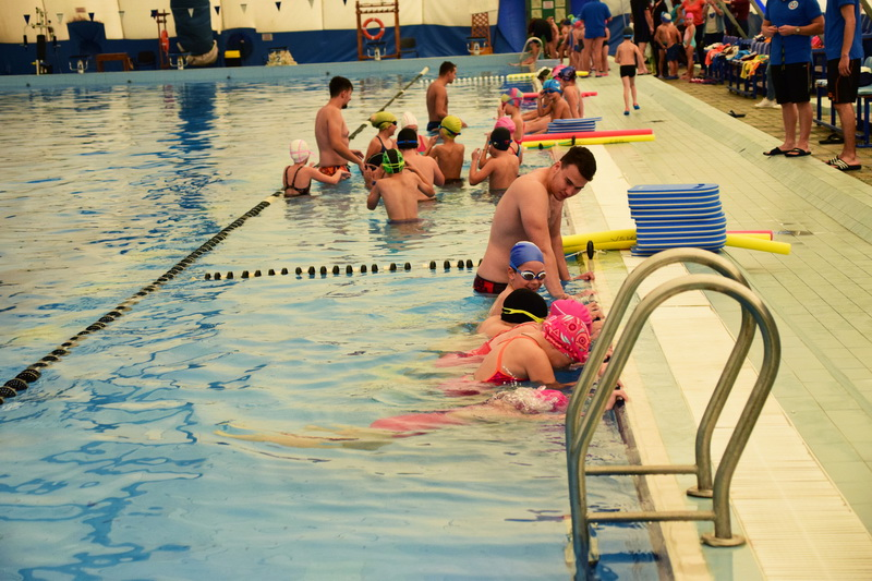 Vizualizati imaginile din articolul: Claudiu Maior: 'Azi s-a dat startul seriei I la înot. Peste 600 de copii beneficiază de cursuri gratuite!'