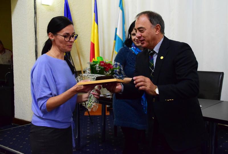 Vizualizati imaginile din articolul: A Marosvásárhelyi Polgármesteri Hivatal különböző szakterületek kiválóságait díjazta