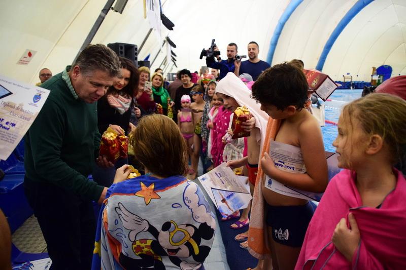 Vizualizati imaginile din articolul: Marosvásárhely Polgármesteri Hivatala útjára indította  az egyetlen úszóprogramot, amely keretében több mint 600 gyerek tanult meg úszni