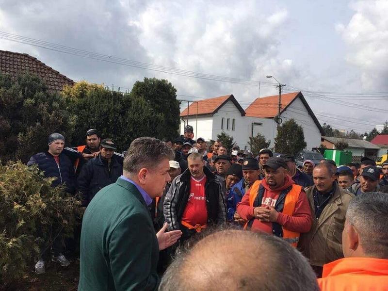 Vizualizati imaginile din articolul: La fața locului! La SC Salubriserv protestele au încetat și muncitorii s-au reapucat de lucru!
