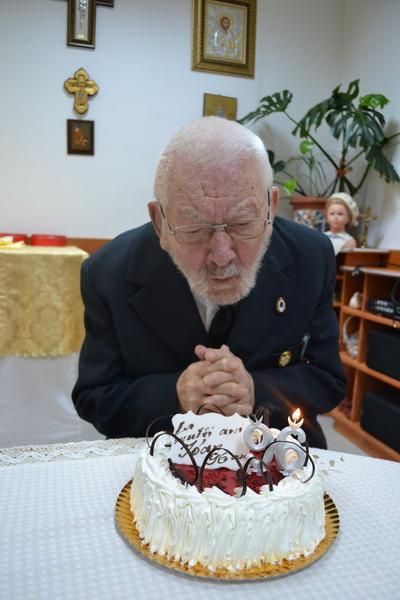 Vizualizati imaginile din articolul: Mesagerii Asociației Naționale a veteranilor de război și ai Comandamentul forțelor pentru operații speciale au fost alături de B-unicul care a împlinit venerabila vârstă de 96 de ani