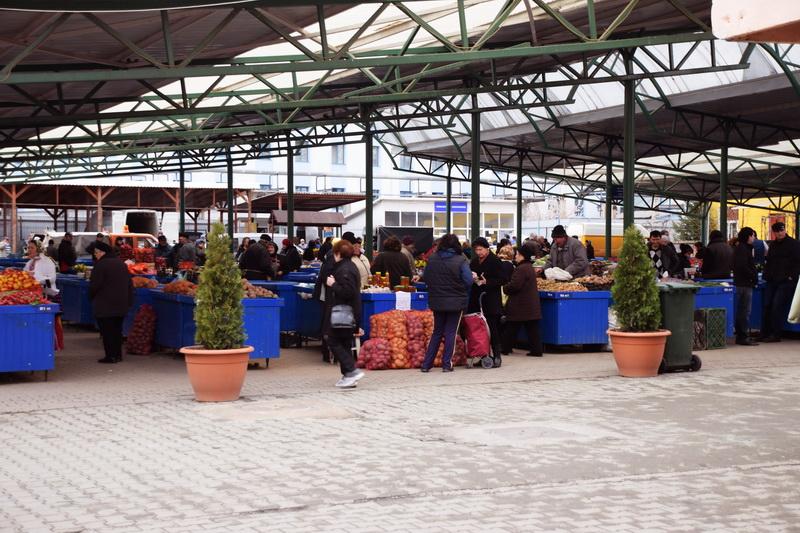 """Vizualizati imaginile din articolul: A helyi termelők szezonális termékekkek """"lepik el' a marosvásárhelyi élelmiszerpiacokat"""