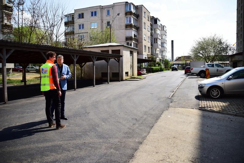 Vizualizati imaginile din articolul: Leaszfaltozták a Burebista utcai garázsokhoz vezető bejáratot!