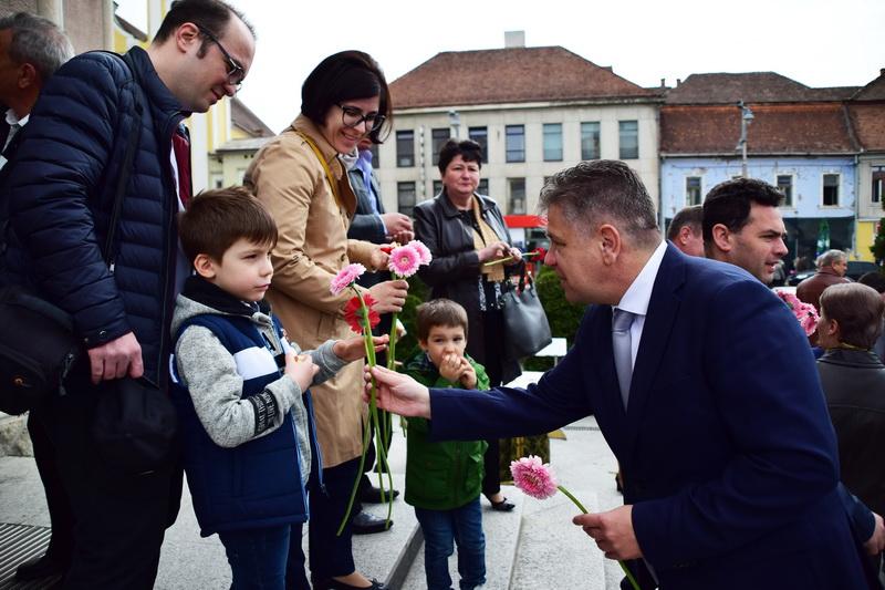 Vizualizati imaginile din articolul: Flori...  din partea Primăriei Târgu-Mureş