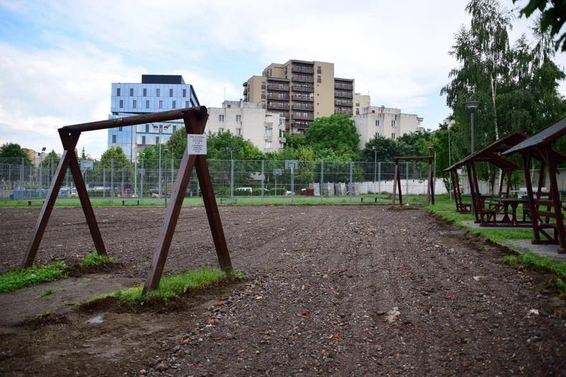 Vizualizati imaginile din articolul: Új parkolóhelyek és kosárlabdapálya a Pandúrok útján