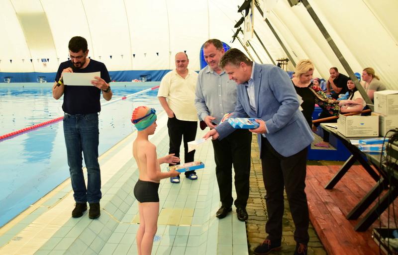 """Vizualizati imaginile din articolul: Claudiu Maior: """"Több mint 1000 diák vett részt a bevezető úszótanfolyamon'"""
