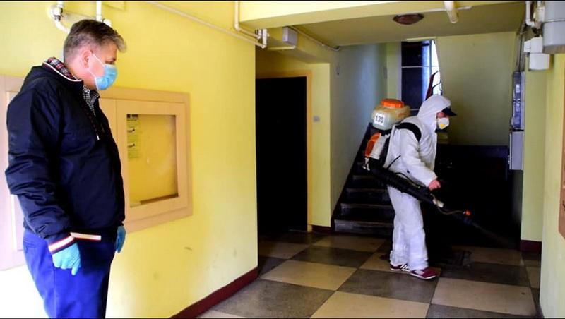 Vizualizati imaginile din articolul: Fertőtlenítik a lépcsőházakat