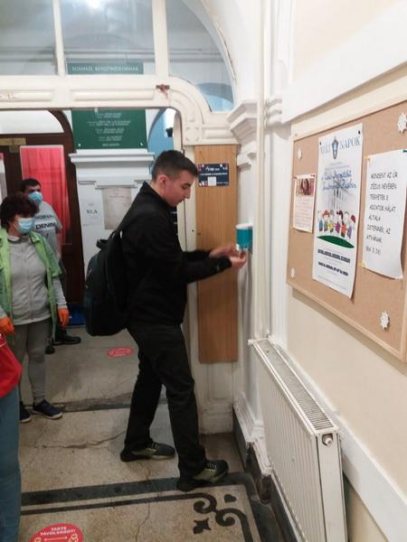 Vizualizati imaginile din articolul: A marosvásárhelyi oktatási intézmények ma biztonságban megnyitották kapuikat!
