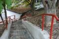 Védőkorláttal ellátott lépcsőket alakítottak ki a Merészség utcában